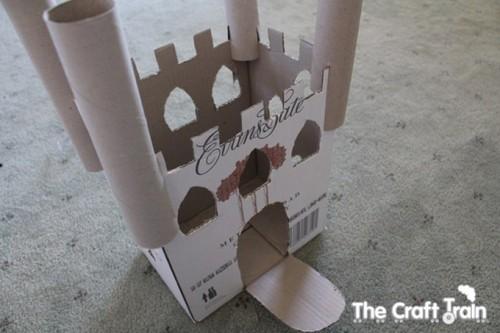 Karton-kutu-koli-ve-rulolardan-kolay-kale-yapimi-3