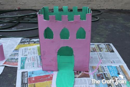 Karton-kutu-koli-ve-rulolardan-kolay-kale-yapimi-5