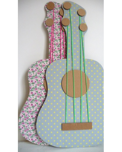Karton mukavvadan ödev için gitar yapma