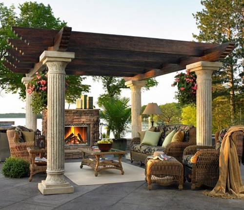 Intricately-carved-stone-pillars-bring-some-classic-charm