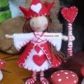 kirmizi-elbiseli-asali-oyuncak-tel-bebek