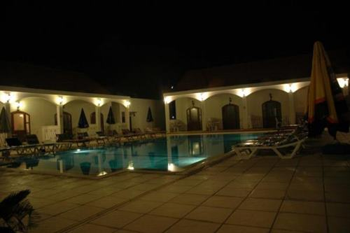 altinkaya-holiday-resort-otel-gece-havuz