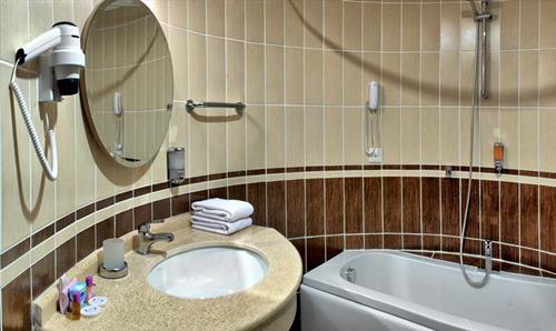buyuk-anadolu-didim-resort-otel-aile-odasi-banyo