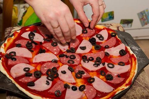 evde-pizza-nasil-yapilir-resimli-tarifi-3