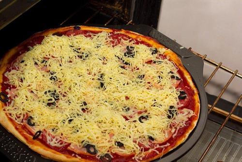 evde-pizza-nasil-yapilir-resimli-tarifi-5