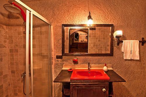 kapadokya-oyku-evi-kirmizi-oda-banyo
