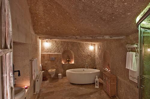kapadokya-oykuevi-otel-balayi-suiti-beyaz-oda-banyo-2