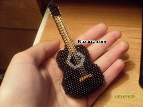 boncukla-islenen-muzik-aleti-minyatur-gitar