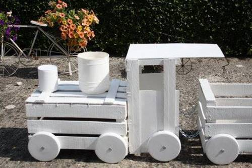 tahta-kasalardan-bahceye-dekoratif-tren-yapimi-2