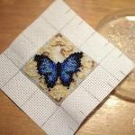 etamin-ustune-boncuklardan-kelebek-yapilisi-10