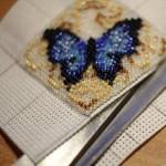 etamin-ustune-boncuklardan-kelebek-yapilisi-11