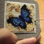 etamin-ustune-boncuklardan-kelebek-yapilisi-13
