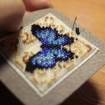 etamin-ustune-boncuklardan-kelebek-yapilisi-14