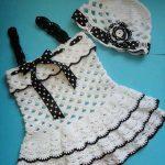 siyah-beyaz-pumli-kurdeleli-bere-takimli-orgu-bebek-elbise