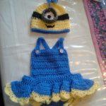 minyonlar-orgu-bereli-firfirli-bebek-elbise