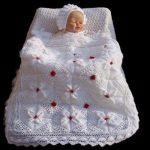 beyaz-tulumlu-bebek-battaniyesi-orgu