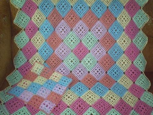 kolay-renkli-tigla-orulmus-bebek-battaniyesi