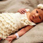krokodil-orgu-modelli-bebek-elbisesi