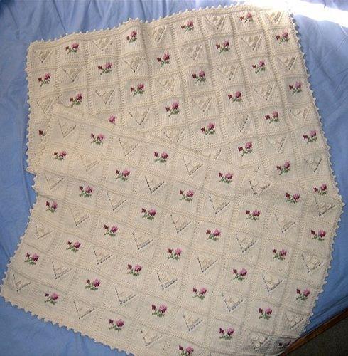 v-ajurlu-cicek-nakisli-bebe-battaniye