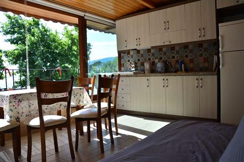 Erdek-Anı-Apart-Otel-oda-mutfak